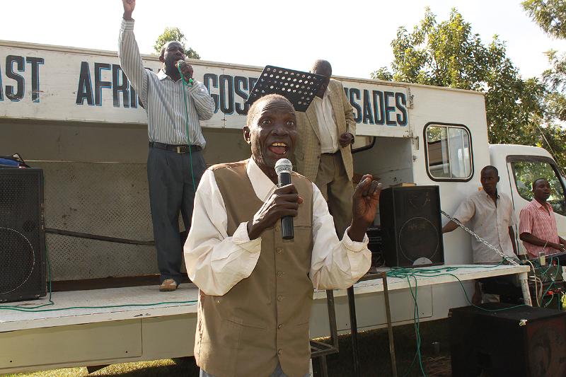 Josef Mikami synger og vitner i Sagero