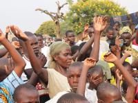 Mange søker frelse i friluftsmøte i Giribe marked