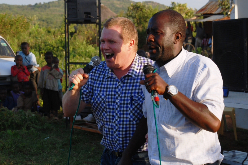 Thor Ivar forkynner i Boarder like ved Tanzania